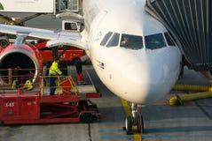 Pilotos de los aviones que se preparan al vuelo Imágenes de archivo libres de regalías