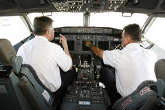 Pilotos del aeroplano en la carlinga que se prepara al despegue