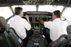 Pilotos do avião na cabina do piloto que prepara-se à decolagem Foto de Stock