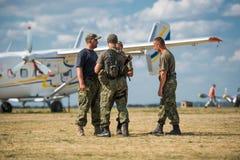 Pilotos en aeródromo cerca del aeroplano en Járkov encendido Fotografía de archivo libre de regalías