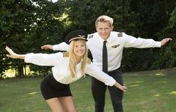 Pilotos en el uniforme que se divierte Foto de archivo libre de regalías