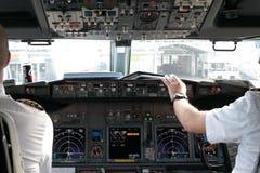 Pilotos na cabina do piloto Fotos de Stock Royalty Free