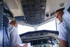 Pilotos na cabina do piloto de aviões Foto de Stock Royalty Free