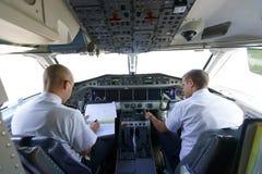 Pilotos na cabina do piloto de aviões Fotos de Stock Royalty Free