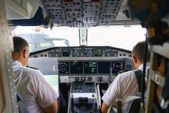 Pilotos na cabina do piloto de aviões Imagens de Stock Royalty Free