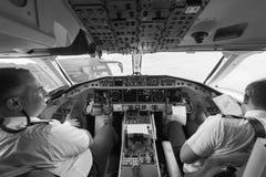 Pilotos na cabina do piloto de aviões Imagem de Stock Royalty Free