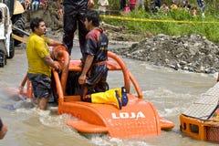 pilotos 4X4 através da lama em Equador Fotografia de Stock