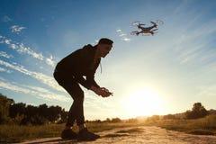 Pilotować trutnia w polu, zmierzchu raca, bezpłatna przestrzeń Fotografia Stock