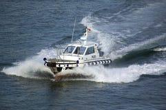 Pilotowa łódź eskortuje statek wycieczkowego z schronienia przy portem Civitavecchia, Włochy port Rzym Fotografia Stock