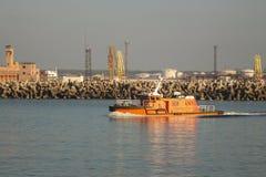 Pilotowa łódź opuszcza port w pięknej pogodzie zdjęcia stock