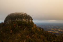 Pilotowa gałeczka pod niskimi chmurami zdjęcie royalty free