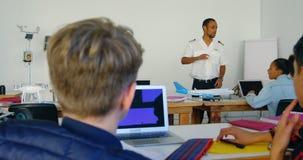 Pilotowy daje trenować o wzorcowym samolocie dzieciaki 4k zbiory wideo