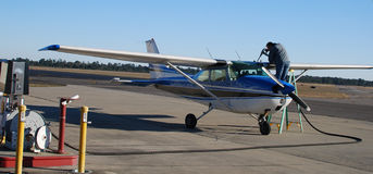Pilotowy refueling mały samolot Zdjęcie Stock