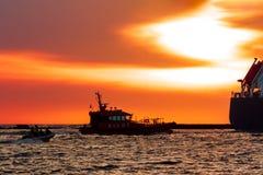 Pilotowy statek łapie dużego zbiornika statek Zdjęcia Stock
