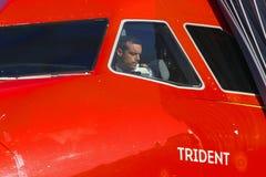 Pilots arbete i flygplancockpiten Utvändig sikt royaltyfri fotografi