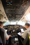 Pilots som förbereder flygplan för take-av Arkivbild