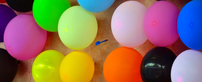 Pilpil som slår en ballong Fotografering för Bildbyråer