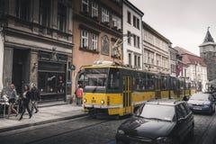 PILSEN PLZEN, REPÚBLICA CHECA - 22 DE MAYO DE 2017: Tranvía amarilla en Lisbonwery en la calle de Pilsen Imágenes de archivo libres de regalías