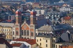 Pilsen Tjeckien - 02/21/2018: Cityscape med stor synago royaltyfri fotografi