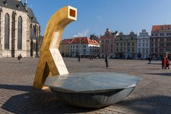 Pilsen, Tschechische Republik - 02/21/2018: Moderner Brunnen auf Republikquadrat Stockbilder