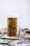 Pilss en Amerikaans Geld Royalty-vrije Stock Foto's