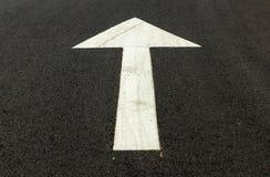 Pilsymbol på asfaltvägen Arkivbilder