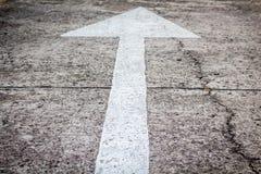 Piltecken som vägmarkeringar royaltyfri foto