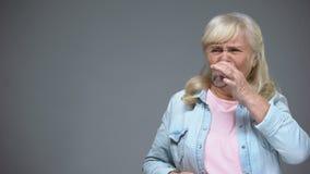 Pilule amère de prise femelle supérieure et rider avec dégoût, médicament de coeur clips vidéos