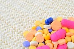 Pilule colorée de capsule de médecine Photographie stock libre de droits