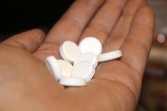 Pilules à disposition image stock