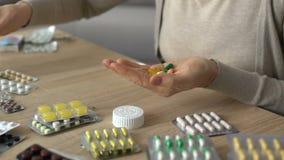 Pilules abusantes et de mélanges de femme pour l'automédication, effets secondaires dangereux banque de vidéos