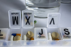 Pilules avec l'organisateur de pilule Photos stock