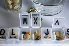Pilules avec l'organisateur de pilule Photos libres de droits
