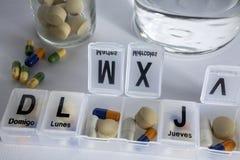 Pilules avec l'organisateur de pilule Image stock