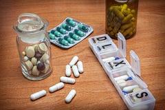 Pilules avec l'organisateur de pilule Image libre de droits