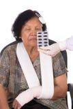 Pilules avec la femme supérieure blessée image libre de droits