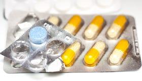 Pilules colorées énormes par aluminium photographie stock