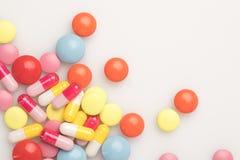 Pilules colorées dispersées Photographie stock