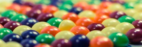 Pilules colorées multi ou fin de fond de bulles  Image stock
