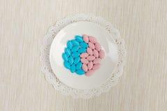 Pilules colorées sur une soucoupe Photos libres de droits