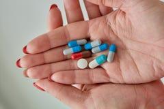 Pilules, comprimés et capsules pharmaceutiques assortis colorés de médecine images stock