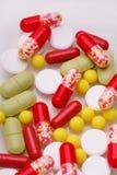 Pilules, comprimés et capsules pharmaceutiques assortis de médecine au-dessus du fond blanc photographie stock