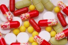 Pilules, comprimés et capsules pharmaceutiques assortis de médecine au-dessus du fond blanc photos stock