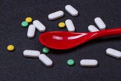 Pilules, comprimés et capsules pharmaceutiques assortis de médecine sur la cuillère Image stock