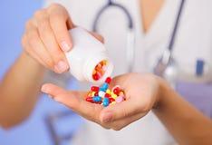 Pilules, comprimés et drogues versant de la bouteille Photos stock