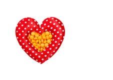 Pilules dans en forme de coeur rouge Photo libre de droits
