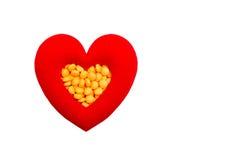 Pilules dans en forme de coeur rouge Images libres de droits