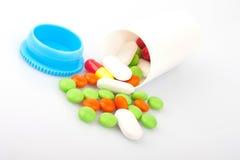 Pilules dans le pot en plastique Photos libres de droits