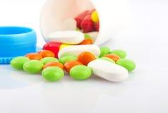 Pilules dans le pot en plastique Photographie stock libre de droits