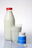 Pilules de lait et de calcium Photographie stock
